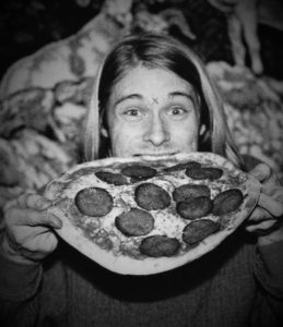 Kurt_Cobain_eating_pizza_at_U4_Club